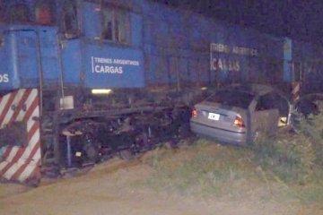 Un automóvil fue embestido por un tren y dos mujeres salvaron su vida de milagro