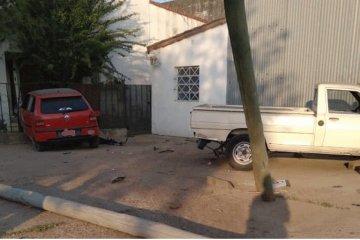 Un conductor en estado de ebriedad impactó su auto contra un poste y una vivienda