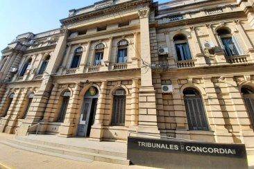 El fiscal libró orden de captura para el cuñado de la mujer asesinada y dio detalles de las heridas mortales