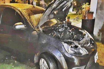 Tenía el auto estacionado enfrente de su casa y se le prendió fuego