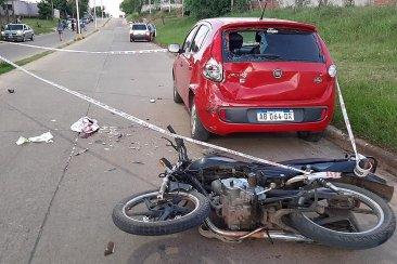 Un motociclista sufrió graves heridas al chocar con un auto estacionado