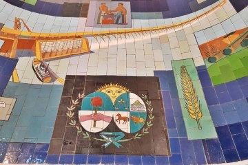 Salto Grande restauró un tradicional mural de una céntrica galería de Concordia