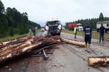 Un cisterna impactó en parte trasera de otro camión cargado con palos