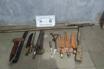 Secuestraron una gran cantidad de armas blancas en un allanamiento en Los Charrúas