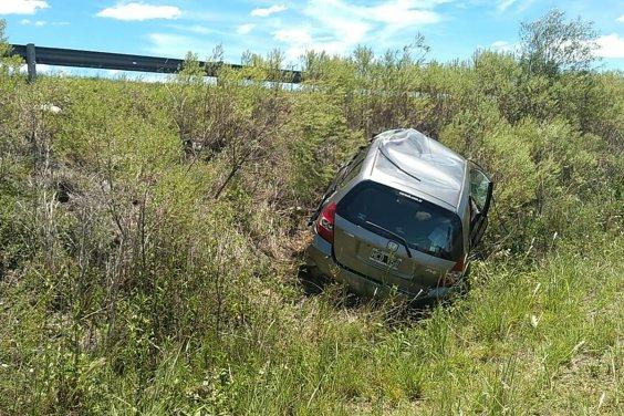Un automóvil dio varios tumbos al despistarse en la Ruta 14