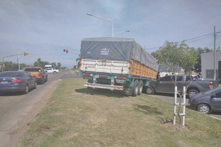 El acoplado terminó impactando contra una camioneta estacionada.