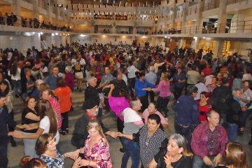 Centenares de adultos mayores se aglomeraron en una fiesta de bailes típicos en ciudad entrerriana