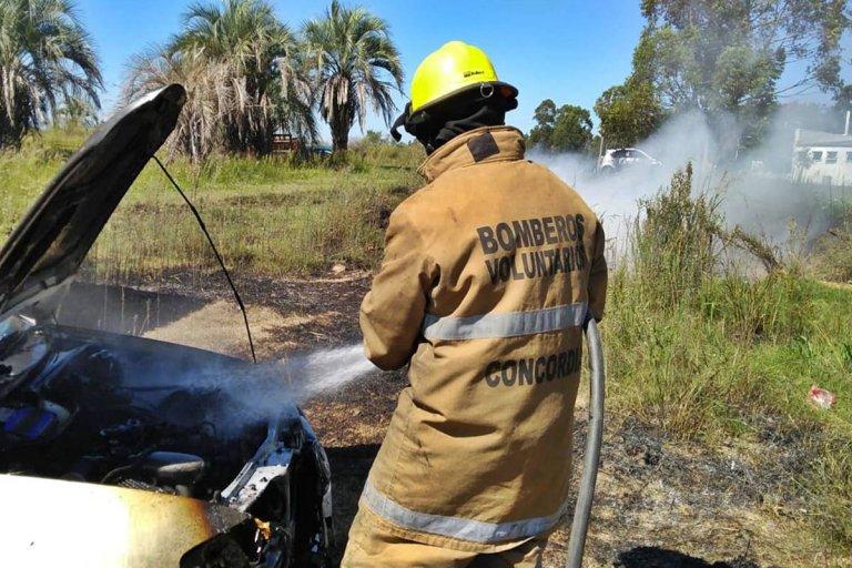 El incendio ocurrió minutos antes del mediodía de este miércoles.