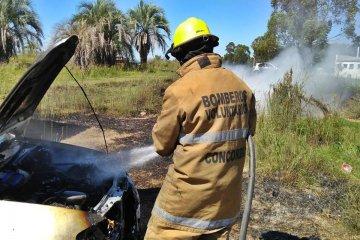Incendio afectó a un vehículo en uno de los ingresos a Concordia