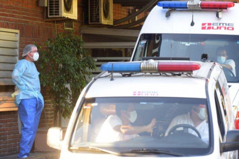 Fila de ambulancias con infectados que deben ser ingresados en Montevideo