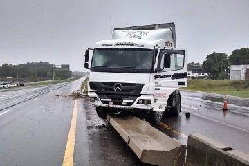 Un camión perdió el control y despistó en la Ruta 14