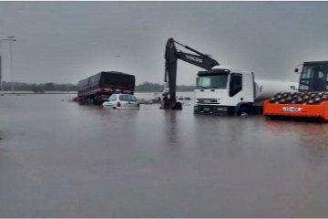 Impactantes videos de la Ruta 18 inundada por las lluvias que afectan al centro de la provincia