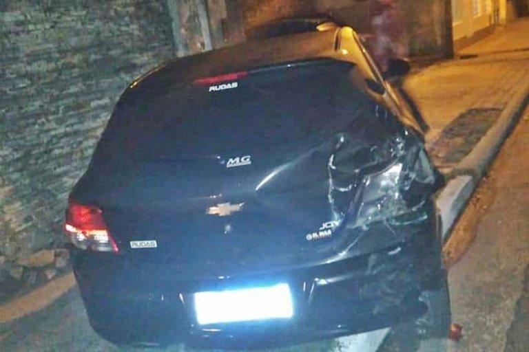 El vehículo fue arrastrado por varios metros, producto de la colisión.