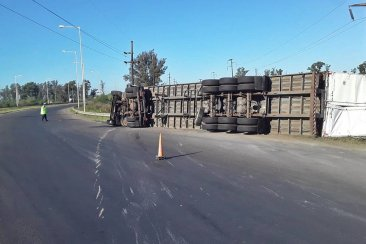 RUTA 14: Volcó un camión y piden circular con precaución