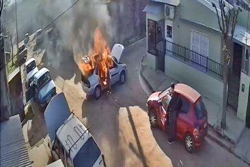 VIDEO: Un auto se incendió cuando estaba siendo atendido en un taller mecánico